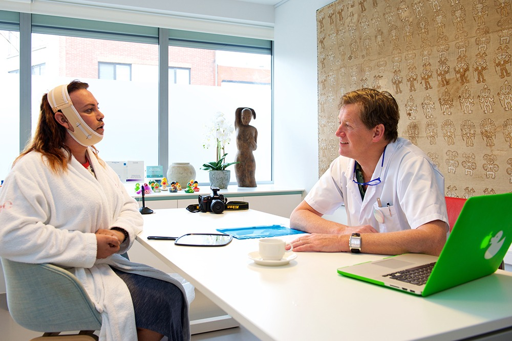 A patient discussing treatment during a consultation with Dr. Bart van de Ven at the o2 Clinic.
