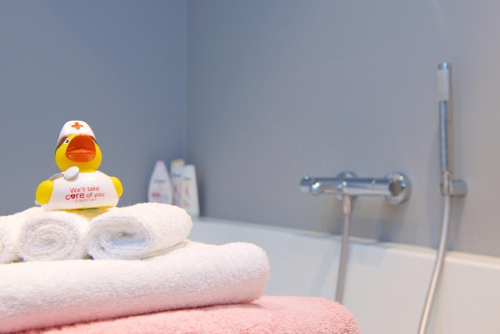 Een badkamer in een van de kamers van o2 Clinic.
