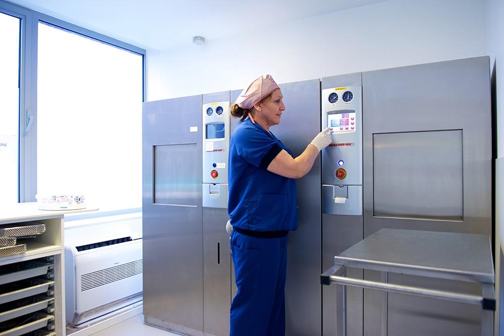 Een verpleegkundige ontsmet medisch materiaal in o2 Clinic.